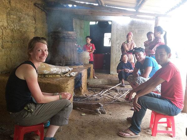 Khách du lịch nước ngoài tới Tùng Bá để trải nghiệm công việc nấu rượu thóc