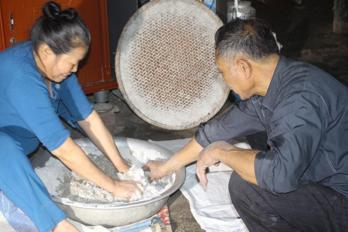 Men lá được các hộ gia đình từ làm để phục vụ công việc nấu rượu