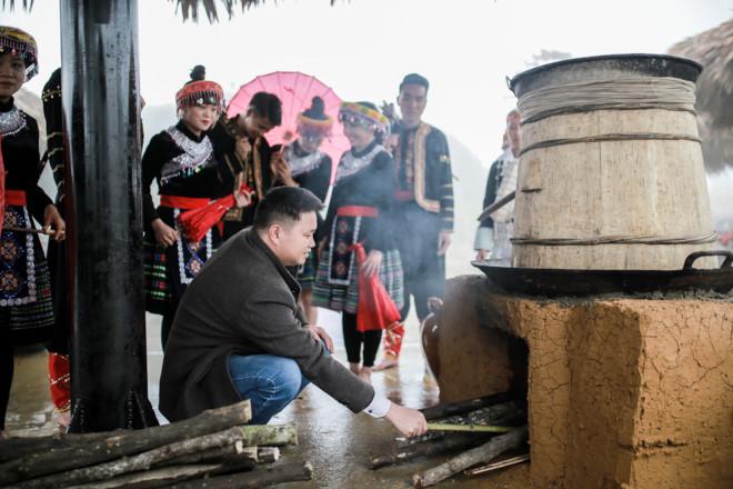 Người Tày nấu rượu thóc Tùng Bá tại địa phương