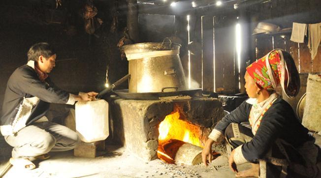 Nấu rượu thóc thủ công tại các làng bản