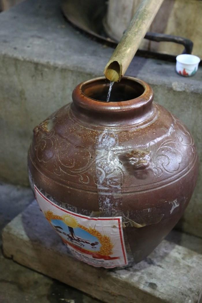 Rượu được chảy ra ngoài theo ống gỗ hoặc nứa