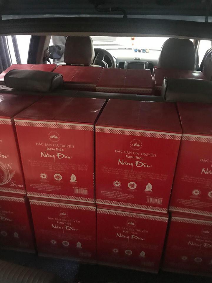 Khách hàng mua rượu cả xe ô tô về phục vụ đám cưới của con trai