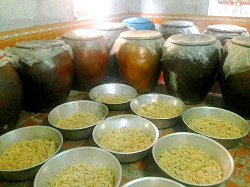 Cốm được lên men và sau đó chưng cất truyền thống.