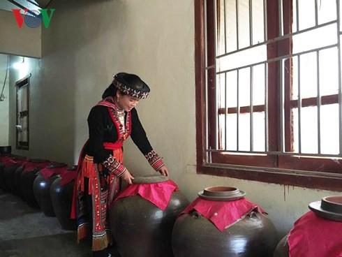 Sau khi lên men, cơm rượu được ủ trong chum từ 2 tới 3 tháng mới mang ra vắt và nấu.