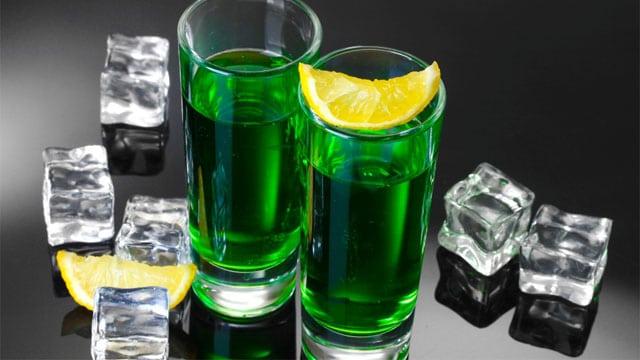 Rượu đòng đòng giả có màu xanh lá rất đậm, nhìn đậm phẩm màu.